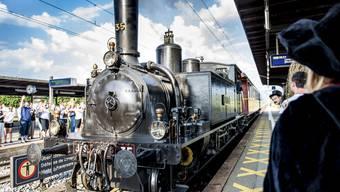 Auf dem Perron hatte es neben den Scharmitgliedern auch zahlreiche Eltern, die die Lokomotive bewunderten.