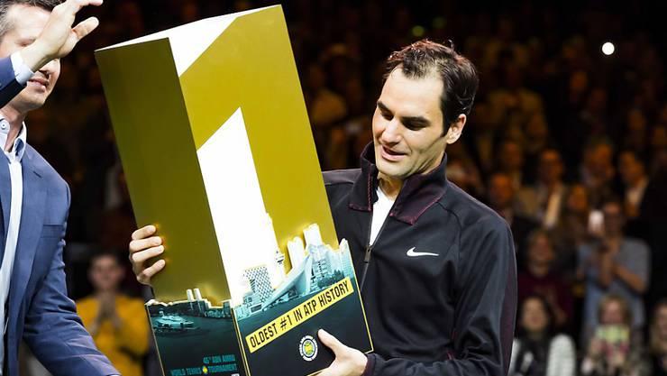 Roger Federer nimmt die Auszeichnung des Turniers entgegen