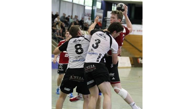 Calle Ekberg(HSC, oben) gegen Freitag (3) und Meier (8) vom TV Möhlin