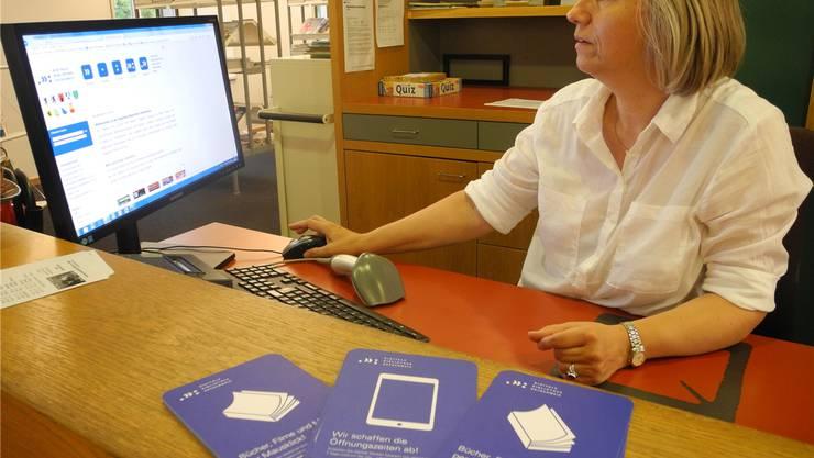 Agnes Matt, Leiterin der Stadtbibliothek Dietikon, zeigt die Homepage der «Digitalen Bibliothek Ostschweiz». ela