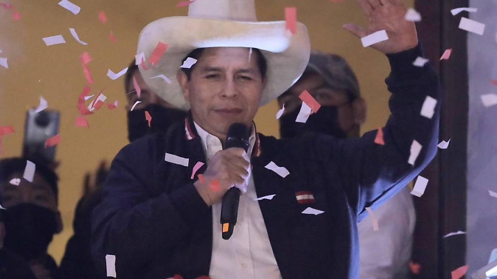 Pedro Castillo feiert nachdem er von den Wahlbehörden in Lima, Peru, zum Präsidenten von Peru erklärt wurde. Foto: Guadalupe Pardo/AP/dpa Foto: Guadalupe Pardo/AP/dpa