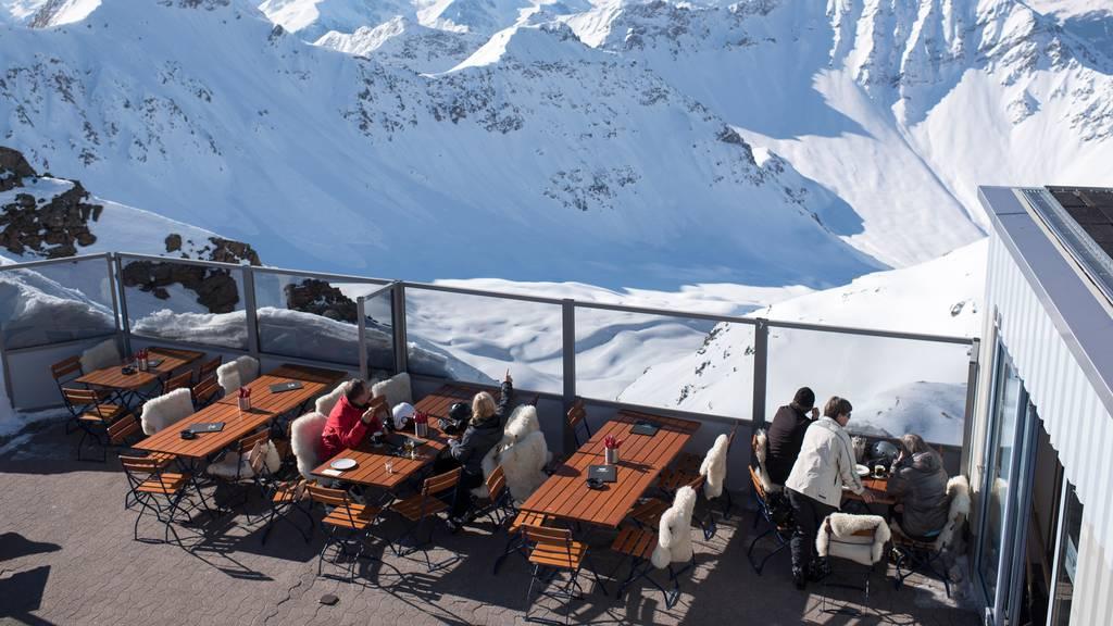 Bleiben die Berghütten in den Skigebieten leer, könnte das auch für die Angestellten gravierende Folgen haben. (Symbolbild)