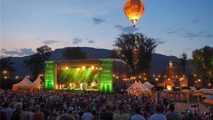 Das warme Wetter, die Musiker und der Heissluftballon – der Überraschungsgast des Abends – sorgten für Hochstimmung.