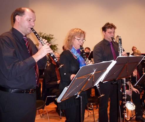 Ein Klarinettentrio des Klarinettenchors präsentiert im Solovortrag die verschiedenen Instrumente der Klarinettenfamilie.