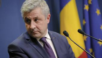 Florin Iordache gibt vor den Medien in Bukarest seinen Rücktritt als Justizminister bekannt