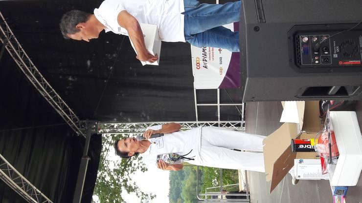 Bereits zum zweiten Mal führte das Gesundheitsforum Rheinfelden anlässlich des Bewegungsanlasses Coop-ANDIAMO neben dem Jumping-Station-Angebot und seinem Infostand eine Bewegungs-Olympiade durch. Dabei wurden die BesucherInnen dazu motiviert, verschiedenste Bewegungsangebote von regionalen Vereinen kennen zu lernen und sie auch gleich vor Ort zu testen. Diese Option wurde wacker genutzt; für fünf besuchte Bewegungsangebote und die entsprechenden Stempel auf der Teilnahmekarte kam man in eine Endverlosung für attraktive Preise. Die Verlosung um kurz vor Vier Uhr war dann auch entsprechend gut besucht: Béa Bieber, Vizepräsidentin des Gesundheitsforums, konnte zusammen mit Willi Bäckert alle Gewinner ermitteln und mit den zum Teil von den Vereinen gesponserten tollen Preisen beglücken. Diese reichten vom Gutschein für ein Familienpizzabacken auf dem Robinsonspielplatz über Bewegungsspiele bis zum Roger Feder-T-Shirt. (Ob er dies getragen hat oder nicht, bleibt ein Geheimnis). Einen Sonderpreis schrieb der Tennisclub Rheinfelden aus: An ihrem Stand konnte man, Technik sei Dank, seine Aufschlaggeschwindigkeit testen. Diese Chalenge gewann Etienne Rayser aus Magden mit 143 km/h. Da das Gesundheitsforum dieses Jahr 25-jähriges Jubiläum feiert, sponserte der Stiftungsrat zusätzlich 150 Fr. für den «bewegtesten» Verein, der gemeinsam am «Lauf für Deine Region» teilnahm. Diesen Preis gewann der TSV Rheinfelden; mit 71,1 km beteiligte er sich massgeblich am Gesamtergebnis 616 km von Rheinfelden. Wir gratulieren herzlich an dieser Stelle.  «Unser Ziel, so viele Menschen aus der Region mit unseren regionalen Vereinen zusammenzubringen, ist mit der Bewegungsolympiade erneut sehr gut geglückt», zieht Béa Bieber ihr Fazit.  Infos zum Gesundheitsforum und seinem Angebot unter www.gesundheitsforum-rhf.ch