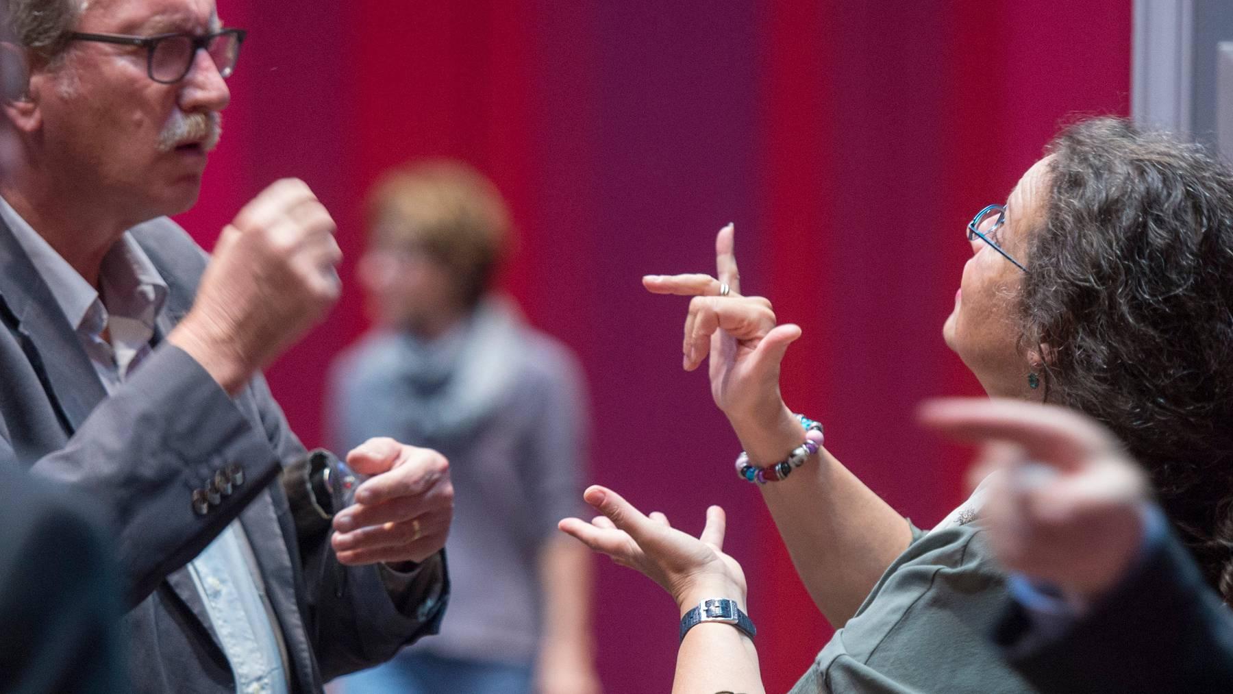 Gehörlose Menschen haben es in der Öffentlichkeit oft schwer. (Symbolbild)