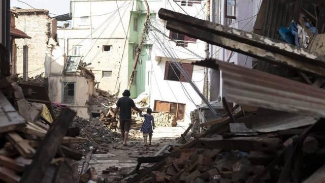 Zurechtfinden in den Trümmern von Kritipur bei Kathmandu
