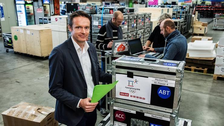 Sven Sarbach macht sich ein Bild über die Vorbereitungen in der Car-Halle des Schweizer Fernsehens. Die technische Ausrüstung wird per Schiff nach Südkorea transportiert.