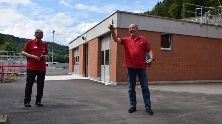 Gemeinderat Ringo Keller (links) begrüsst die Gäste, während Ara-Betriebsleiter Stefan Mathieu darauf wartet, das obligate rote Band durchschneiden zu können.