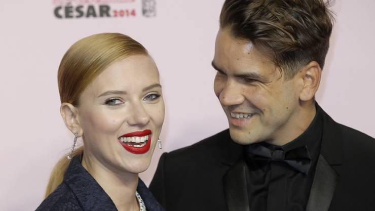 Ehe-Aus nach zwei Jahren? Zumindest trägt Hollywood-Schauspielerin Scarlett Johansson (rechts Ehemann Romain Dauriac) ihren Ring nicht mehr. (Archivbild)