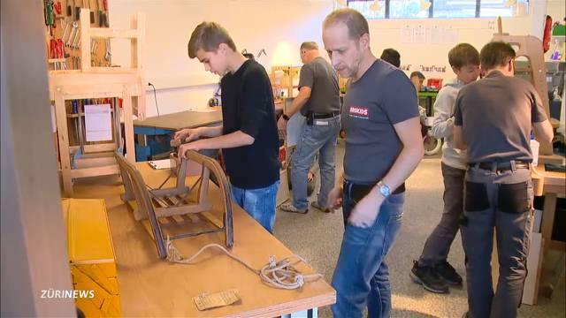 Jugendliche reparieren Spielzeug