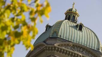 Herbstlaub leuchtet neben dem Bundeshaus in Bern in der Sonne. Für frischen Wind im Nationalrat ist gesorgt: Ein Viertel der am Sonntag Gewählten ist neu im Rat. (Archiv)