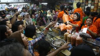 Nach Sonnenuntergang auf einem indonesischen Markt – in der Fastenzeit wird mehr Geld fürs Essen ausgegeben als sonst.Tatan Syuflana/AP/key