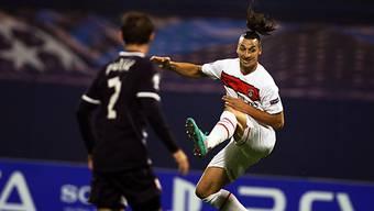PSG-Stürmer Ibrahimovic (r.) in akrobatischer Manier.