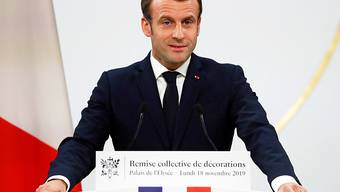 """Frankreichs Präsident Emmanuel Macron hat am Montagabend in einer Rede in Paris die Ausschreitungen bei den """"Gelbwesten""""-Protesten kritisiert."""
