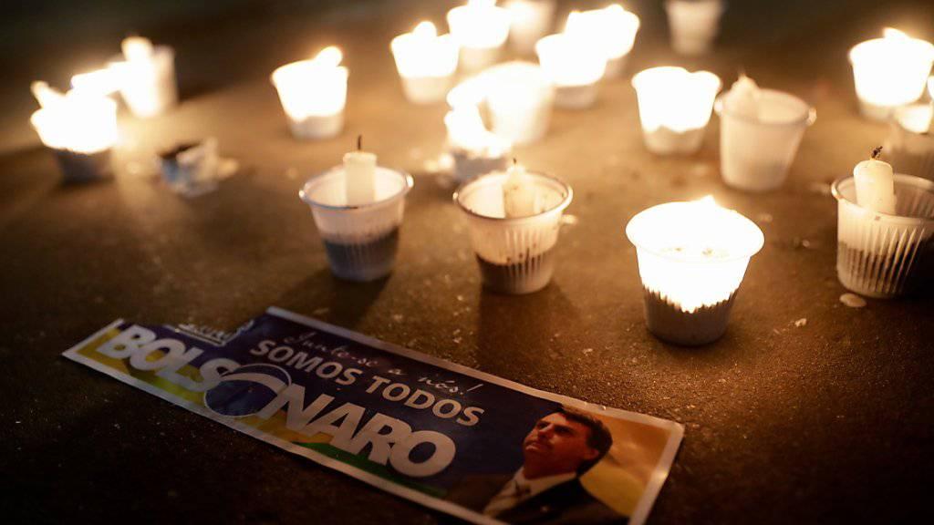Kerzen für den ultrarechten brasilianischen Präsidentschaftskandidaten, Jair Bolsonaro, der bei einer Wahlkampfveranstaltung von einem Messerattentäter schwer verletzt wurde.