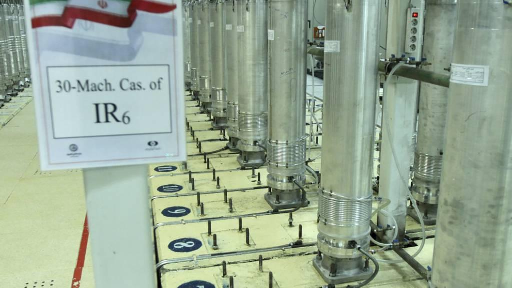 Dieses von der iranischen Atomorganisation (AEOI) veröffentlichte Bild zeigt Zentrifugen in einer Urananreicherungsanlage. (Archiv)