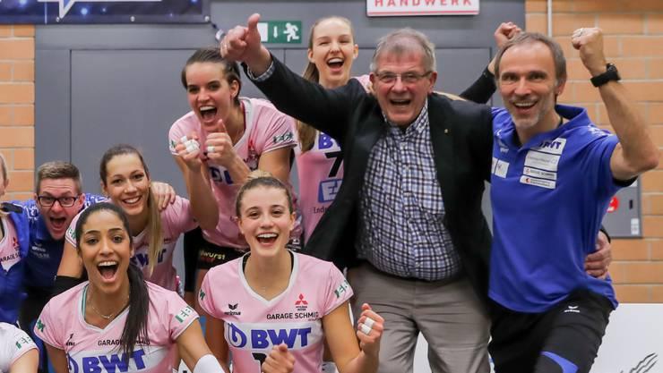"""Werner Schmid (Zweiter von rechts) freut sich mit seinen Volleyballerinnen. Ende Saison zieht sich der """"Mr. Sm'Aesch Pfeffingen"""" zurück."""