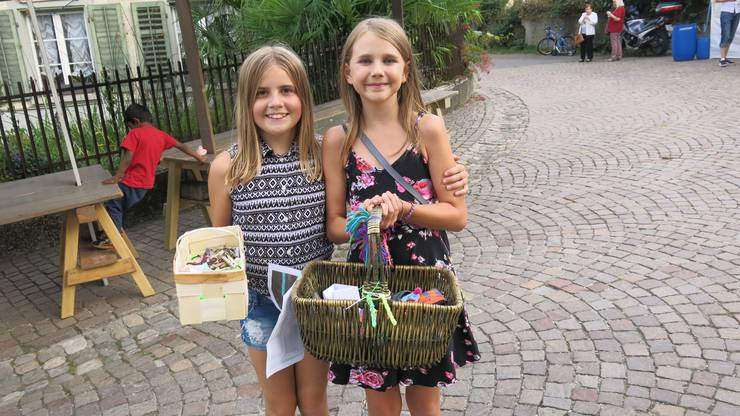 Michelle und Maylin (von links) verkauften Steine für eine Bärenrettung.
