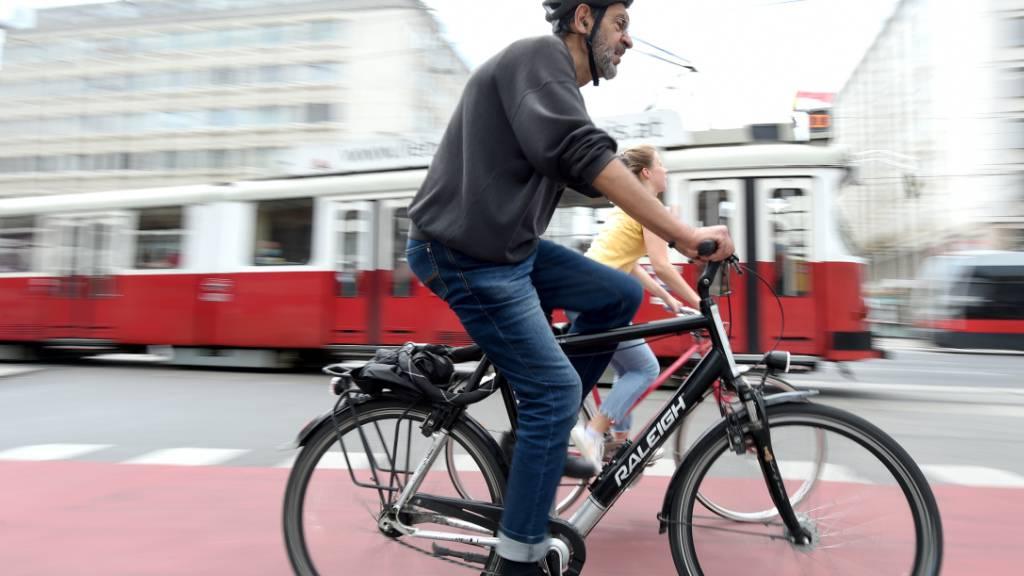 Fahrradfahrer fahren über eine Straße der Hauptstadt. Immer mehr Wiener fahren während der Corona-Pandemie Fahrrad. Die Zahl der Radfahrer ist im Vergleich zum Mai 2019 im Mai 2020 um 45 Prozent gestiegen. Foto: Guo Chen/XinHua/dpa