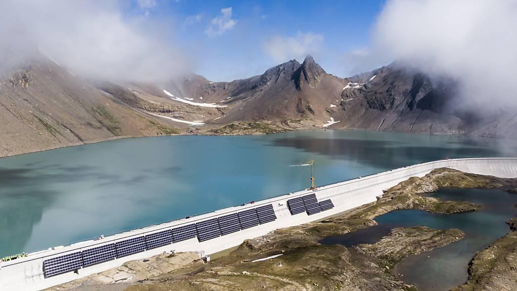 Die Fläche der Solananlage an der Muttsee-Staumauer im Kanton Glarus entspricht rund 1,5 Fussballfeldern. Knapp 5000 Solarmodule mit insgesamt 2,2 Megawatt Leistung werden den Strombedarf von rund 740 durchschnittlichen Vierpersonenhaushalten produzieren.