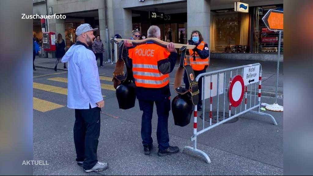 Corona-Demo in Bern: Polizist posiert mit Trycheln