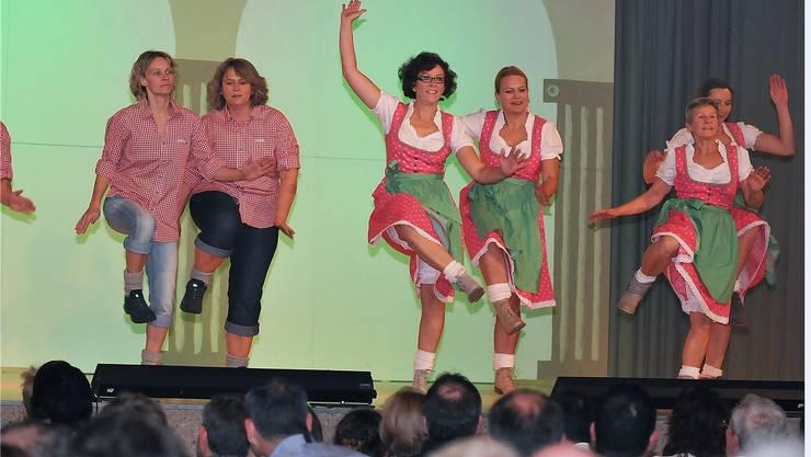 Die Wandergruppe des Volleyball Ü30 zeigte dem Publikum eine Folkloredarbietung.