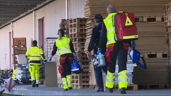 Die Polizei und die Feuerwehr suchten drei Tage lang mit einem Grossaufgebot nach einem 94-jährigen Rentner. Am vergangenen Donnerstag lief der demente Mann beim Einkaufen seiner Frau davon und tauchte nicht mehr auf. Nach zwei Nächten im Freien finden ihn die Rettungskräfte heute Nachmittag lebendig auf.