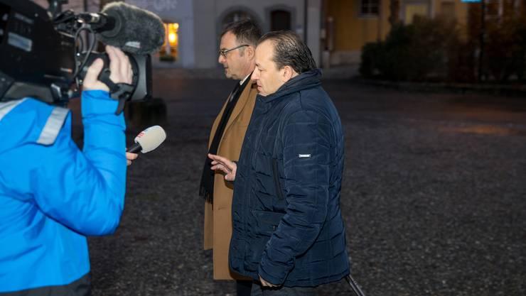 Riccardo Santoro (rechts) trifft mit seinem Anwalt vor dem Bezirksgericht ein.