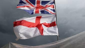 Keine Europa-Fahne: Grossbritannien verzichtet auf die turnusmässige EU-Ratspräsidentschaft im zweiten Halbjahr 2017. (Symbolbild mit der britischen und der englischen Fahne)