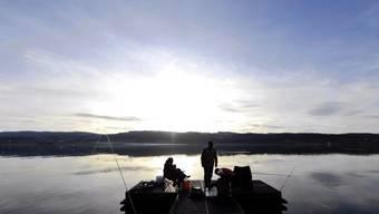 Zwei Fischer geniessen die Ruhe am Greifensee.