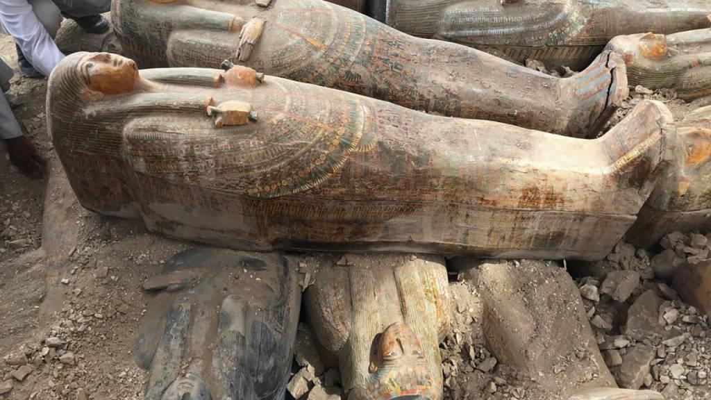 Archäologen haben 3000 Jahre alte Holzsärge in der Nekropole Asasif am Westufer des Nil nur einen Meter unter der Erde in zwei Reihen aufgestapelt gefunden.