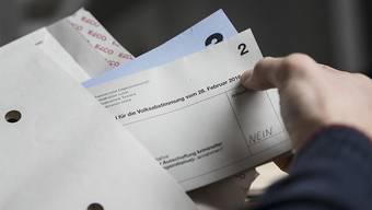 Wer brieflich stimmt, soll künftig keine Briefmarke mehr suchen müssen: Der Nationalrat hat eine Motion für vorfrankierte Umschläge unterstützt.