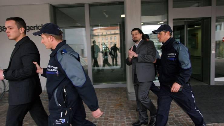Der verurteilte Burim K. (Mitte) mit vulgärer Geste wird von Polizisten abgeführt. Auch sein Bruder Veton (ganz links) ist im Visier der Justiz. Seit seinem Gefängnisausbruch aber spurlos verschwunden.