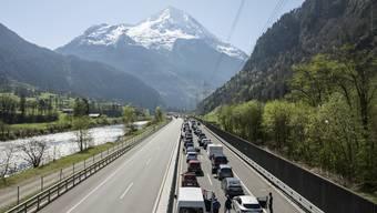 Blechkolonne bis in den Süden: Stau vor dem Gotthard Nordportal.