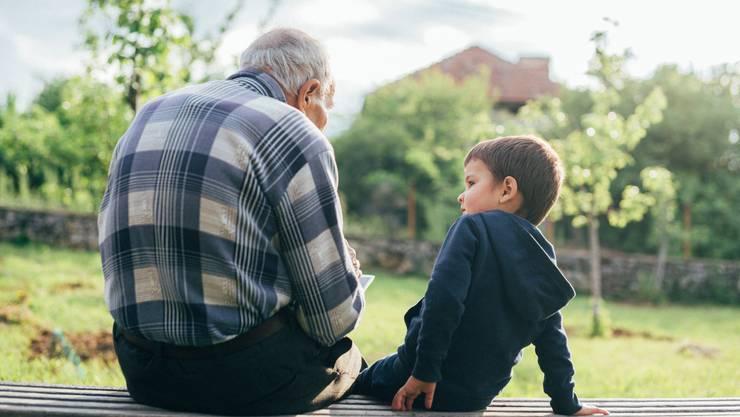 Abstand halten: Der Grossvater muss sich vor einer möglichen Ansteckung durch den Enkel in Acht nehmen.
