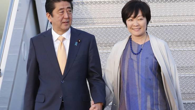 Könnte dank einer Regeländerung bis 2021 im Amt bleiben: Japans Regierungschef Shinzo Abe (l.), hier in West Palm Beach, Florida, mit seiner Frau Akie beim Verlassen der Air Force One anlässlich seines jüngsten USA-Besuchs.