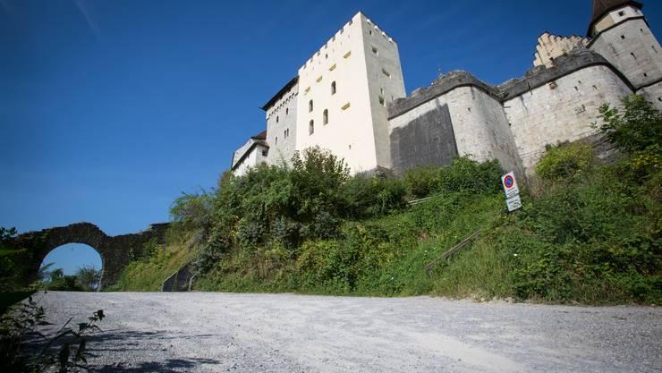 Der Wendeplatz soll im Bereich der Halteverbot-Tafel (im Bild rechts) in Richtung Schlossmauern vergrössert und zusätzlich verbreitert werden.