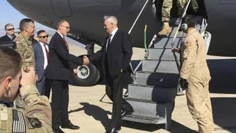 Besucht zum ersten Mal in seiner Rolle als US-Verteidigungsminister den Irak: James Mattis (unten auf der Treppe), hier bei seiner Ankunft in Bagdad, wo er von US-Botschafter Douglas Silliman begrüsst wird.