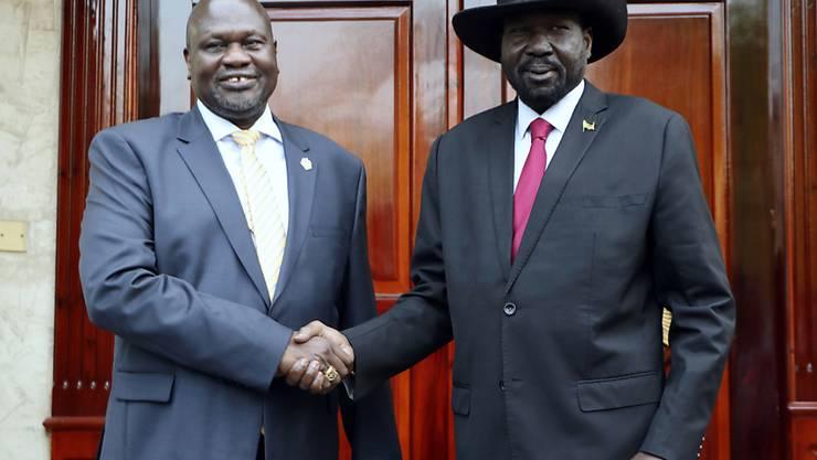 Einigung im ostafrikanischen Krisenland Südsudan: Rebellenführer Riek Machar (links) und Präsident Salva Kiir wollen innert zweier Monate eine Einheitsregierung bilden.