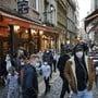 In Frankreich haben sich binnen 24 Stunden 26 896 Menschen mit dem Coronavirus infiziert - das sind so viele wie noch nie seit Beginn der Pandemie. Foto: Laurent Cipriani/AP/dpa
