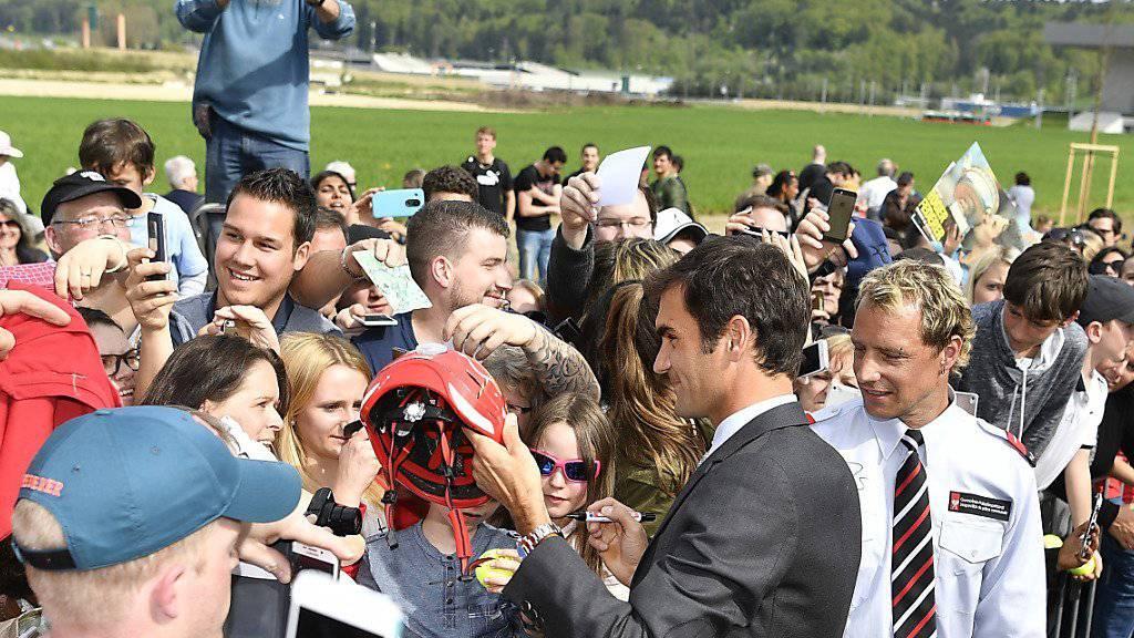 Roger Federer nahm sich bei der Einweihungsfeier für die nach ihm benannte Allee auch Zeit für die zahlreich erschienen Fans. (KEYSTONE/Peter Schneider)