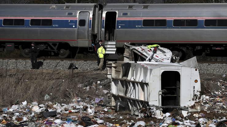 Der Müllwagen wurde beim Zusammenstoss mit dem Zug auseinandergerissen.