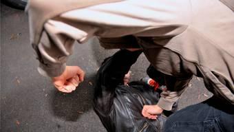 Der Beschuldigte hatte einen 79-jährigen Rentner, der ihn wegen seines Autos auf dem Trottoir zurechtwies, angegriffen und zu Boden gestossen.  (Symbolbild)