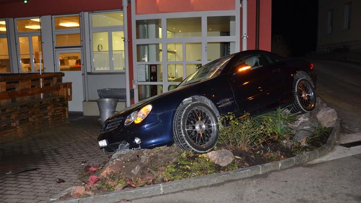 In der Nacht vom Donnerstag, kurz vor 00.15 Uhr, hat in Laufen ein Autofahrer unter Alkoholeinfluss einen Selbstunfall verursacht.