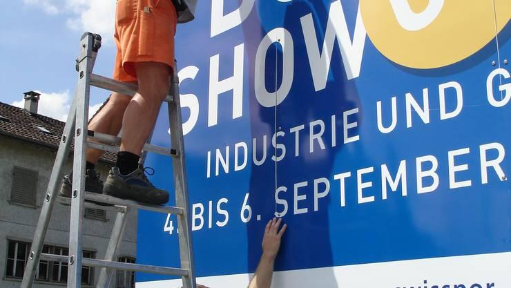 Aufbau: Für die «Boswil Show» am Wochenende werden Plakate aufgehängt. zvg