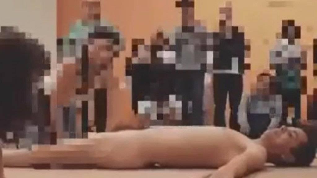 """Bei der Performance """"Das Tier"""" lag der Künstler Wagner Schwartz unbekleidet auf dem Boden. Besucher durften ihn anfassen und nach Gutdünken zurecht legen."""
