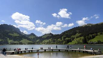 Der Tourismus in der Schweiz leidet unter den Einschränkungen wegen dem Coronavirus. Im Bild: Besucher am Schwarzsee im Kanton Freiburg.