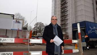 Livio Plüss, Verwaltungsratspräsident der Schönegg Brugg AG, nimmt einen Augenschein auf der Baustelle an der Fröhlichstrasse. Im früheren Alterszentrum- Hochhaus (rechts) sind die Arbeiten weit fortgeschritten.